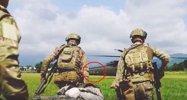 """美军特战第一总队去年公布""""EXCELLENCE""""(卓越)部队形象一片,片中直升机尾桁上""""陆军""""与国徽(红圈处)在片中一闪而过,显示美军位置在台湾。图:撷取自美军特战第一总队""""EXCELLENCE"""""""