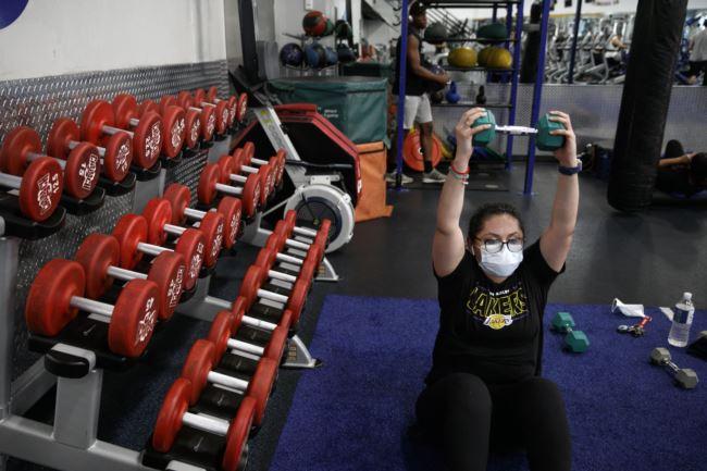 在洛杉矶的一家健身房,一名顾客在锻炼(6月26号)。