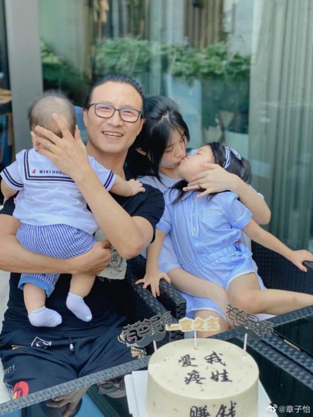 41岁章子怡带女儿逛街 肚子微凸疑再怀孕