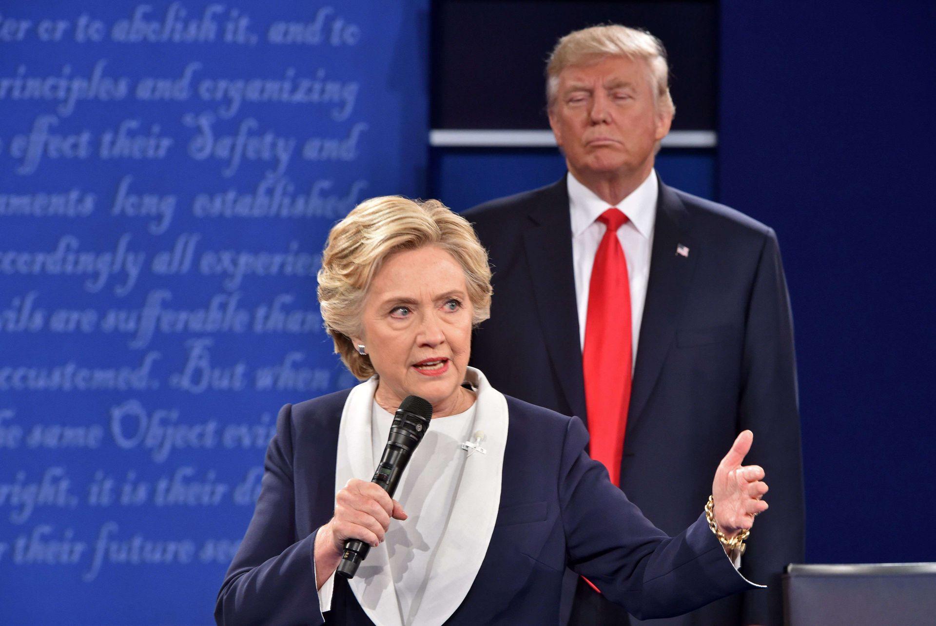 特朗普在2016年的竞选成功,得益于人们对类似他的对手希拉里(Hillary Clinton)式政客的厌恶。图为2016年两人在总统竞选阶段的电视辩论。(路透社)