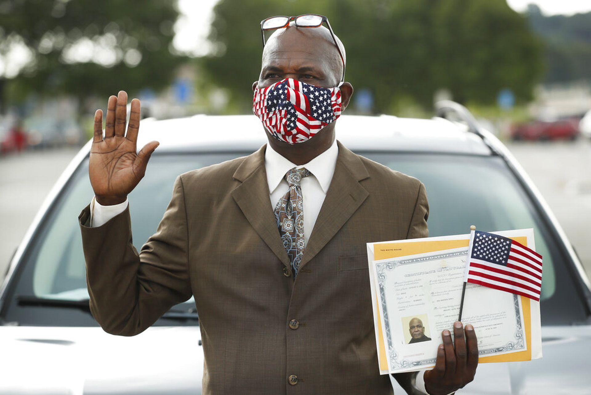 美国新冠疫情迟迟未除,人们宣誓入籍美国也要做足安全措施。(美联社)
